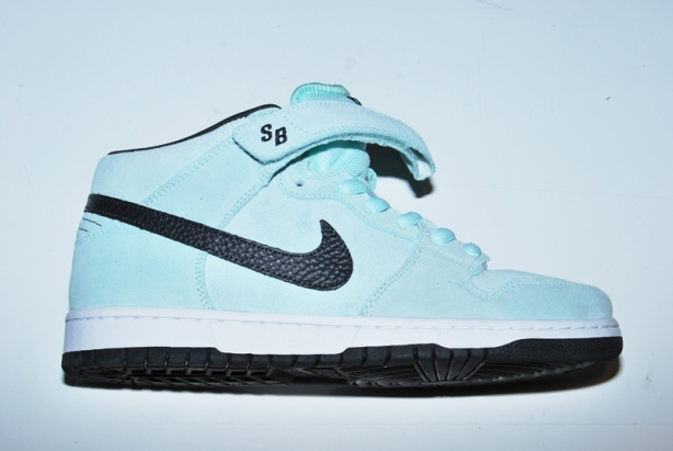 Nike SB Dunk Mid Pro ice green/ dark charcoal.