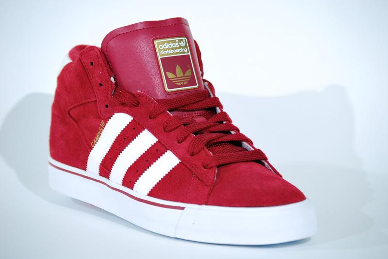 adidas rojas en bota
